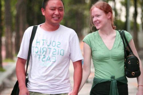 un joven chino paseando entrañablemente con una joven occidental.